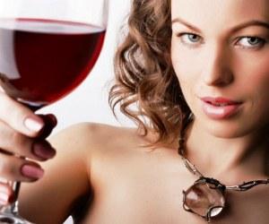 Два бокала вина и женщина получит оргазм