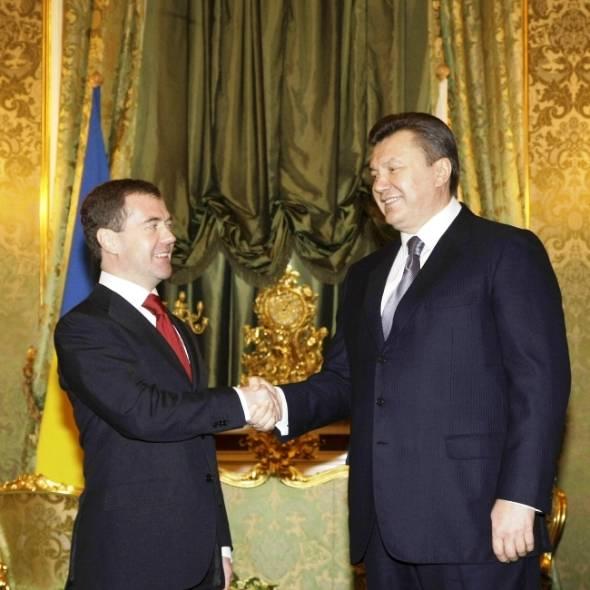 Медведев провел экскурсию Януковичу