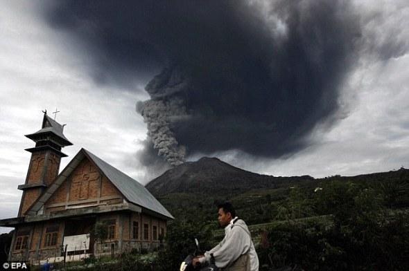 В Индонезии извергается вулкан после 400-летней спячки