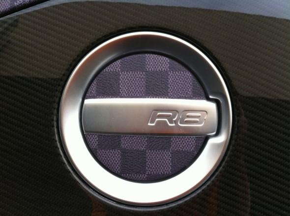 Dartz обклеил Audi R8 в фиолетовую шахматную пленку