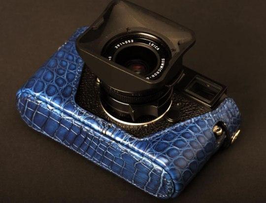 Фотоаппарат M9 Leica обули в кожу нильского крокодила