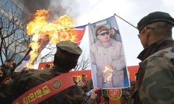 Южнокорейские активисты в преддверии военных учений с США сожгли символику КНДР