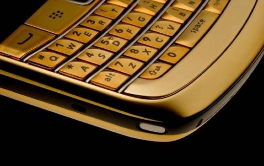 Amosu Couture порадовал новым Gold Blackberry Bold 9780