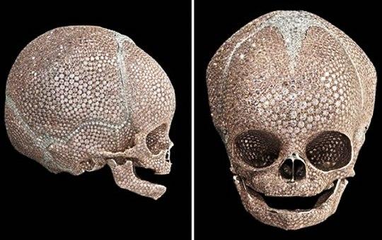 Дэмиен Херст презентовал череп младенца в бриллиантах