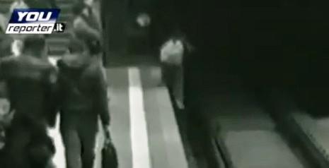 10-летний мальчик играя на Sony PSP упал в метро
