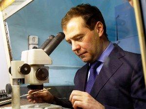 Медведев подписал указ о награждении молодых ученых за 2010 год