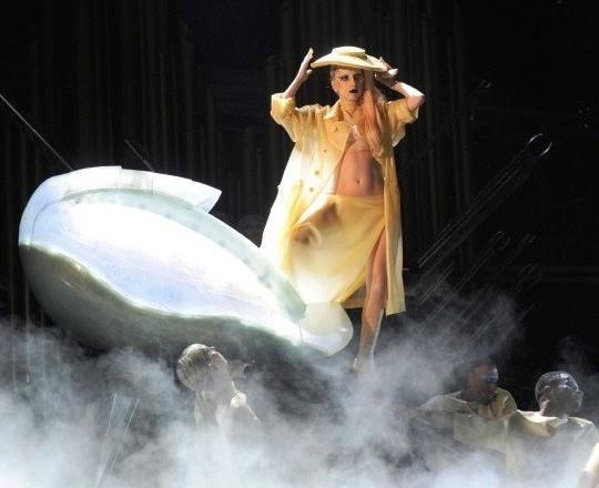 Леди Гага вылупилась на Грэмми из яйца
