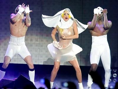 Леди Гага вышла на сцену развратной монахиней