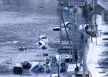 Японию после мощных землетрясений затопило цунами