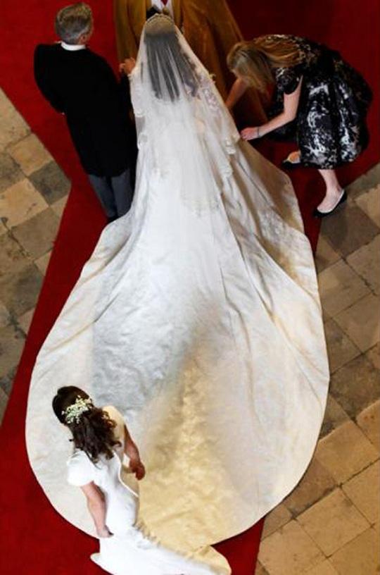 Имя дизайнера свадебного наряда Кейт Миддлтон наконец раскрыто