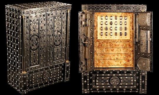 Антикварный сейф с секретным механизмом выставлен за 1 326