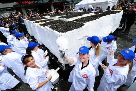 В Канаде сделали огромный мороженый торт весом 9 000 кг