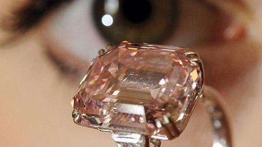 Кольцо с редким розовым бриллиантом продано за .6 млн