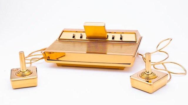 Золотая ретро-приставка Atari 2600