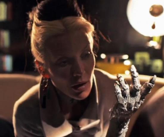 Дафни Гиннес и Шон Лейн представили перчатку с 5 тыс. бриллиантов