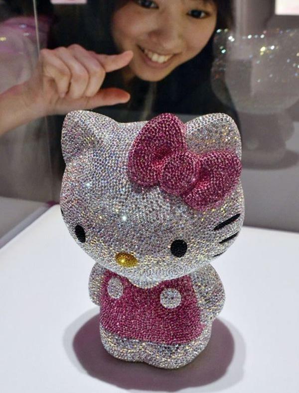 Hello Kitty украсили кристаллами Swarovski