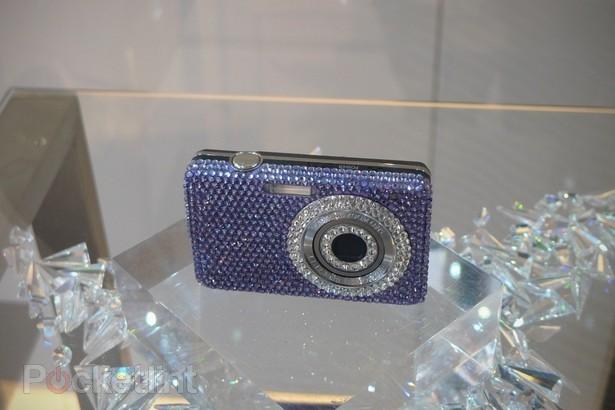 Samsung презентовал камеры NX11 и ST30 в кристаллах Swarovski