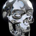 2,5-метровый стальной череп облачили в кристаллы Swarovski