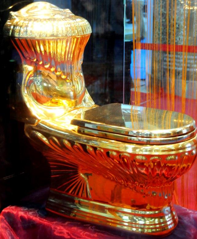Золотой унитаз на Туалетном саммите в Китае