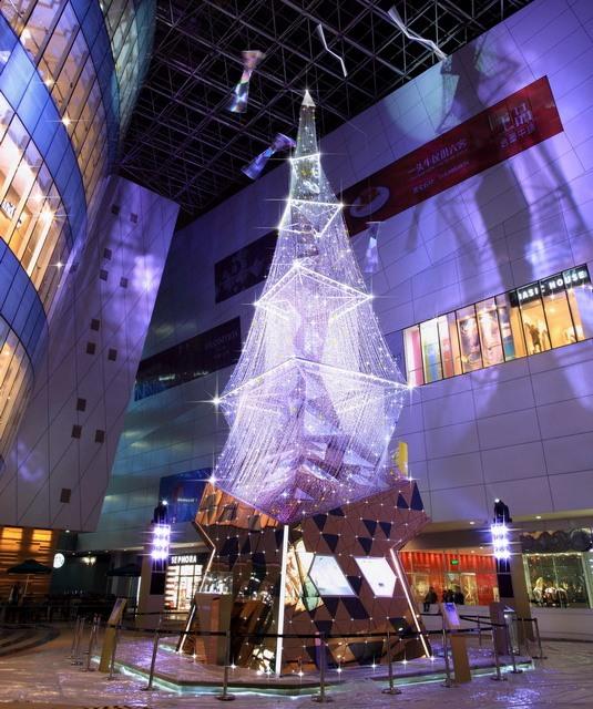 В Сямэнь появилась рождественская елка Swarovski