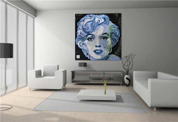 Гигантский портрет Мэрилин Монро украсил особняк Рианны