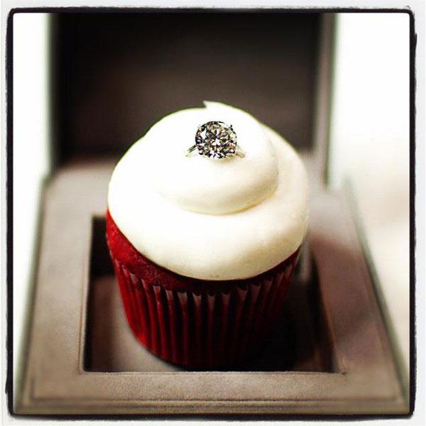 Кекс Red Velvet с бриллиантовым кольцом за $ 55 000