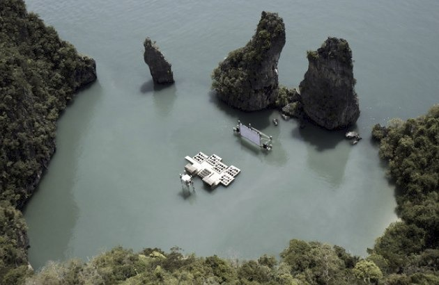 Плавающий кинотеатр в Тайланде