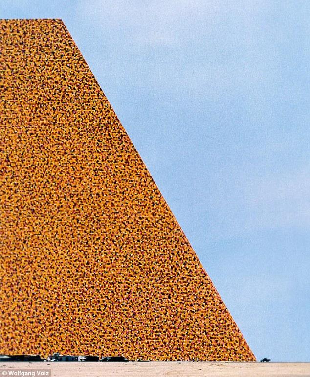 Скульптура Мастаба в Абу-Даби - самая большая в мире
