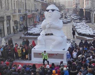 PSY увековечили в скульптуре из снега