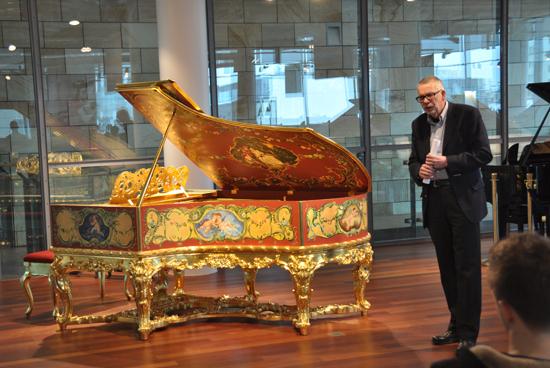 Золотой рояль «Карл Бехштейн»