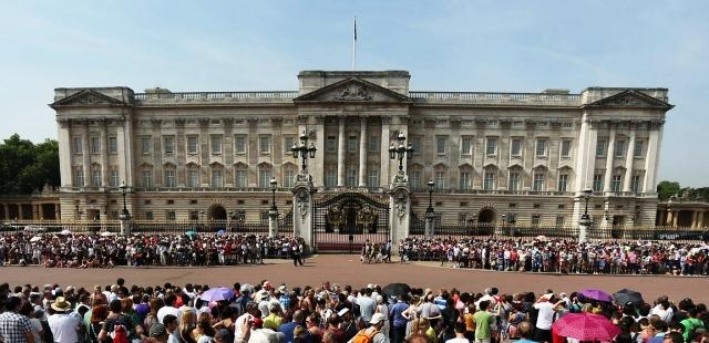 Ликующие толпы у Букингемскиого дворца в Лондоне