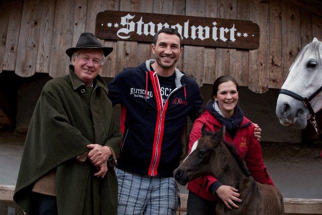 На фото: В. Кличко с владельцем отеля мистером Хаузером и недавно родившимся жеребцом Конверсано Самира.