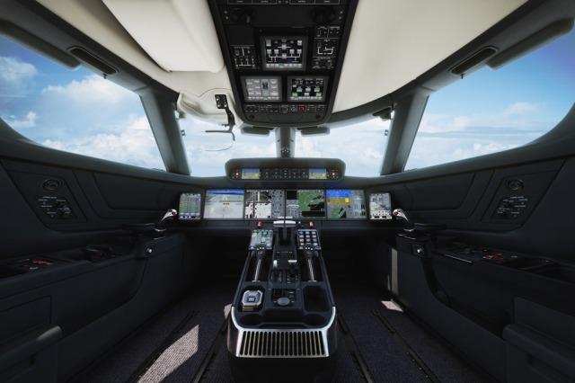 Symmetry Flight Deck Революционная разработка компании Gulfstream, новая симметричная кабина экипажа (Symmetry™ Flight Deck) с интуитивным управлением – наиболее современная, стильная и комфортная в деловой авиации. В активных боковых ручках управления (ACS), встроенных сенсорных экранах управления, системе обзора нового поколения (EVS) и авионике Honeywell Primus Epic используются новейшие технологии.