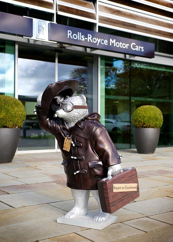 Медвежонок Паддингтон напротив шоурума Rolls-Royce
