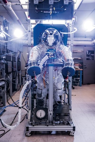 NASA тестирует систему жизнеобеспечения астронавтов при помощи имитации скафандра, частично распечатанной на 3D-принтере. Источник: Premier Exhibitions