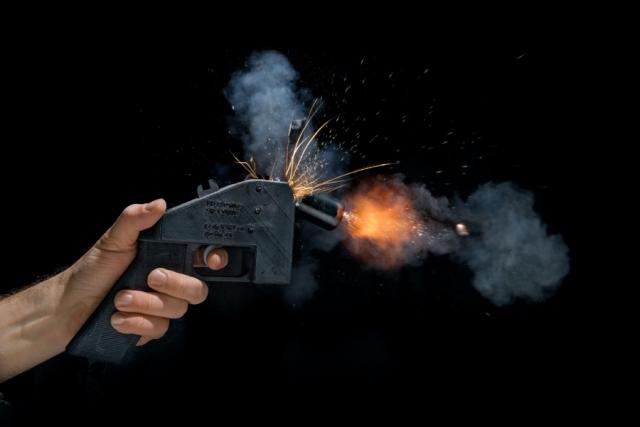 Единственный выстрел политического активиста Коди Уилсона в 2013 году разнесся на весь мир: он успешно испытал свой однозарядный пистолет Liberator калибра .38, распечатанный на 3D-принтере. Однако пользоваться «Освободителем» опасно: он может разорваться в руках стрелка (на фото). С тех пор разработки пластикового оружия не прекращались, а компания Solid Concepts даже распечатала действующую металлическую модель самозарядного пистолета М1911.