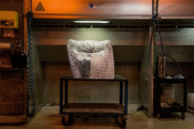 Цельный стул, по структуре напоминающий пористую человеческую кость, распечатан из эпоксидной смолы. Источники: Mathias Bengtsson Studio (дизайн стула); Materialise (печать стула).