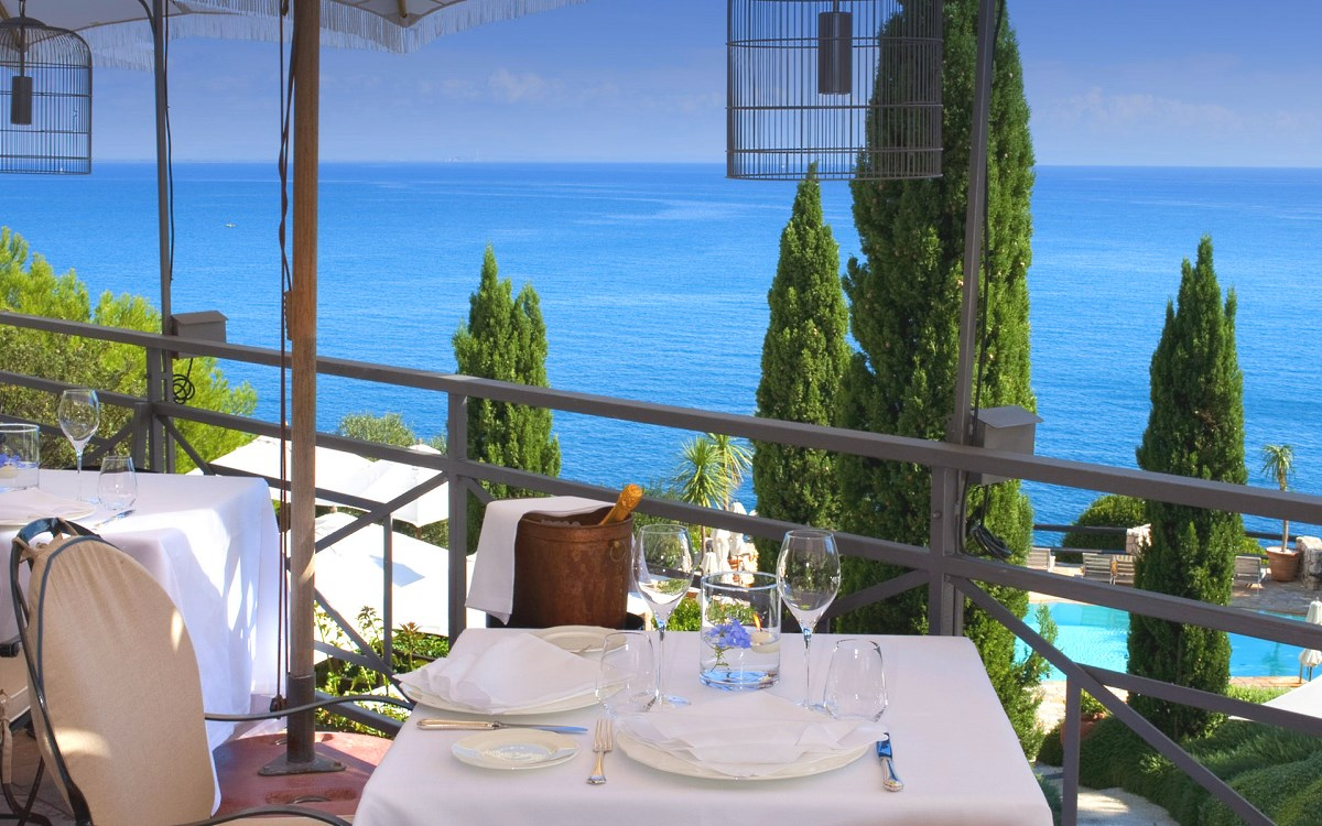 Редакторы международного туристического журнала CN Traveler опубликовали рейтинг лучших гостиничных баров мира.