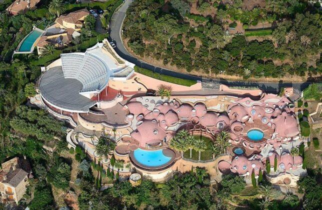 Дворец Пузырей кутюрье Пьера Кардена продают за 0 млн