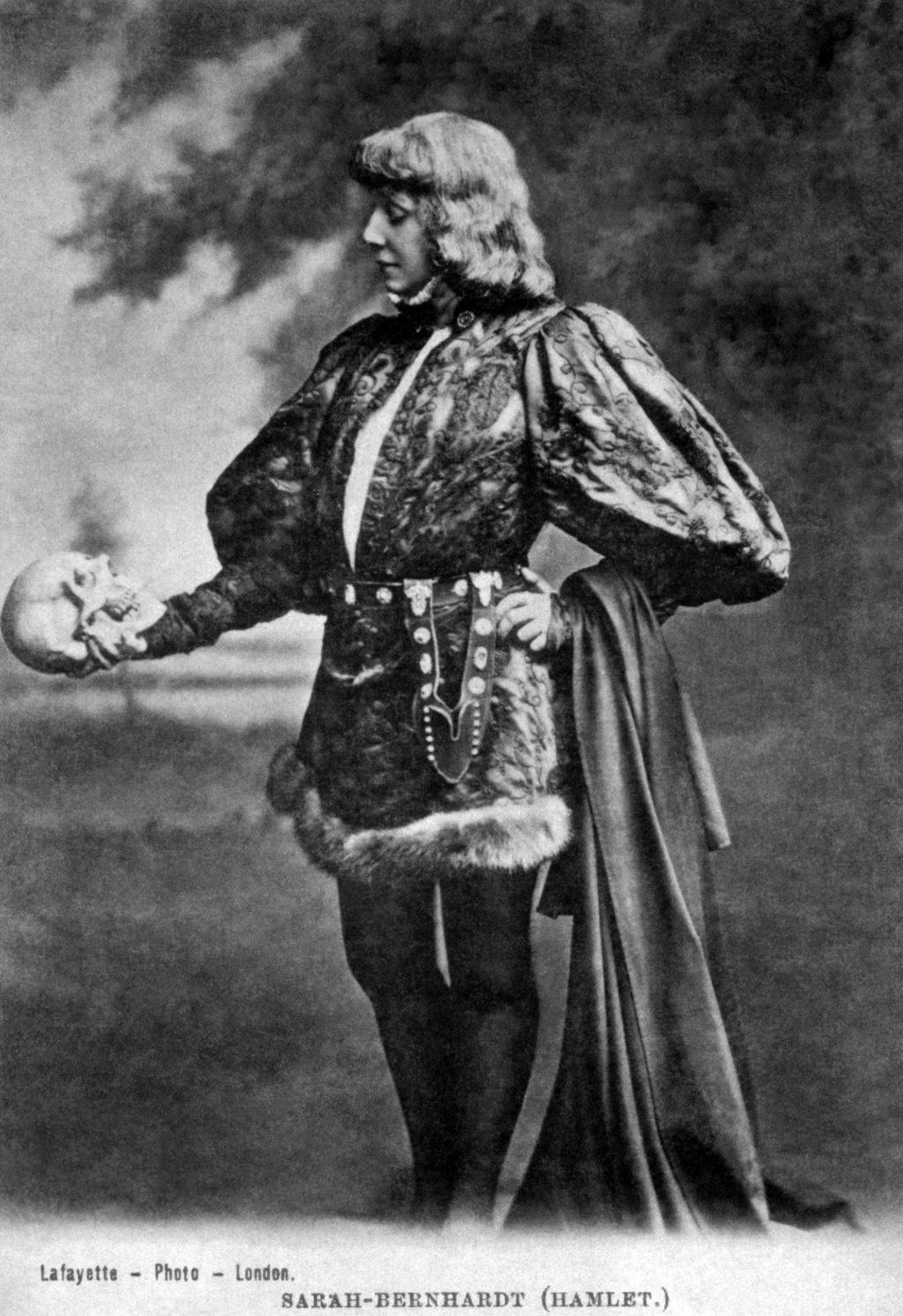Сара Бернар в роли Гамлета с черепом Йорика в руках