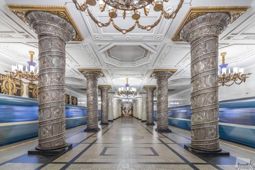АВТОВО. С этой станции был запущен первый поезд Ленинградского метро в 1955 году. Станция считается одной из самых красивых в мире.